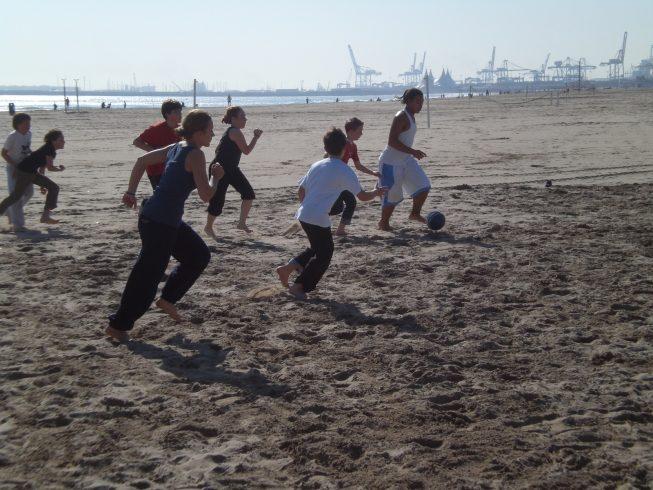 séance de foot à la plage