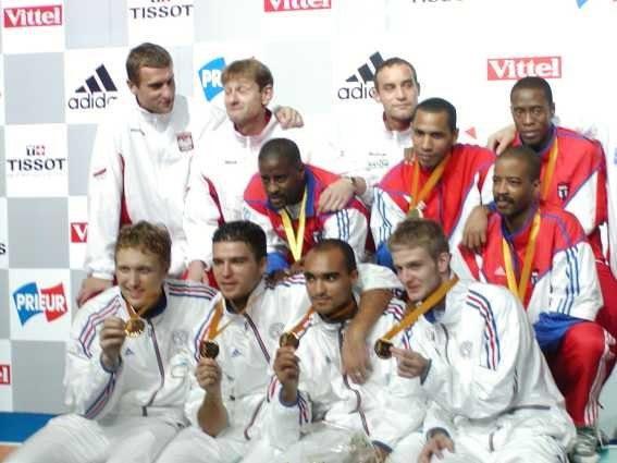 1- FRANCE    2- POLOGNE   3- CUBA Médaille de bronze pour l'équipe de Cuba aux championnats du monde de fleuret par équipes  Nîmes 2001,